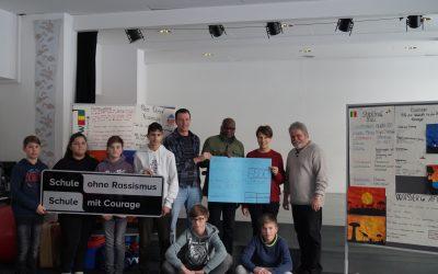 """Gesamtschule übergibt Spenden der Aktion """"Schwimmen für Afrika"""""""