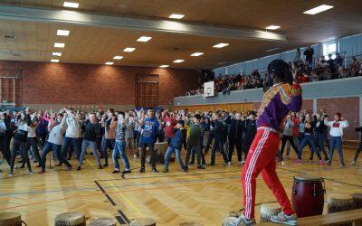 Trommeln und tanzen begeistert Gesamtschüler