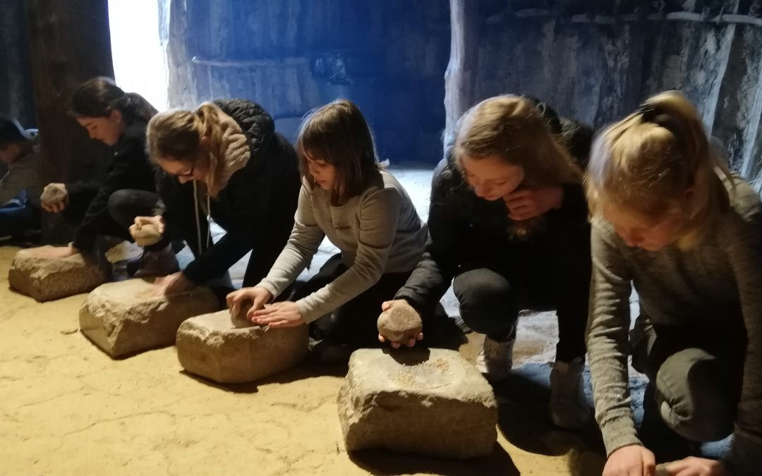 Fünftklässler erleben Tag in der Steinzeit