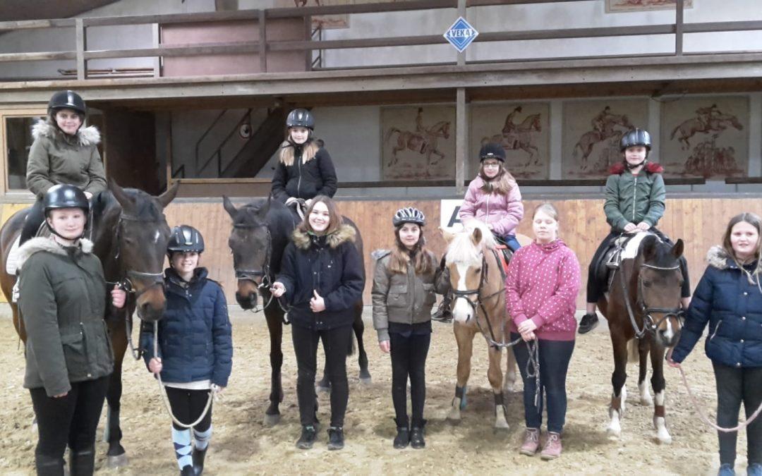 Pferde-AG feiert Abschluss am Reitverein Geisterholz
