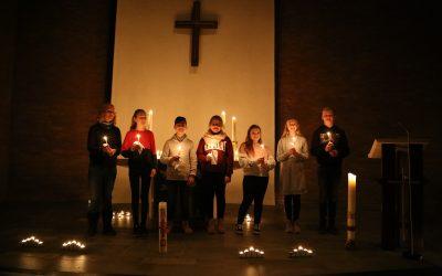 Gesamtschüler tragen in der Friedenskirche Gebete vor